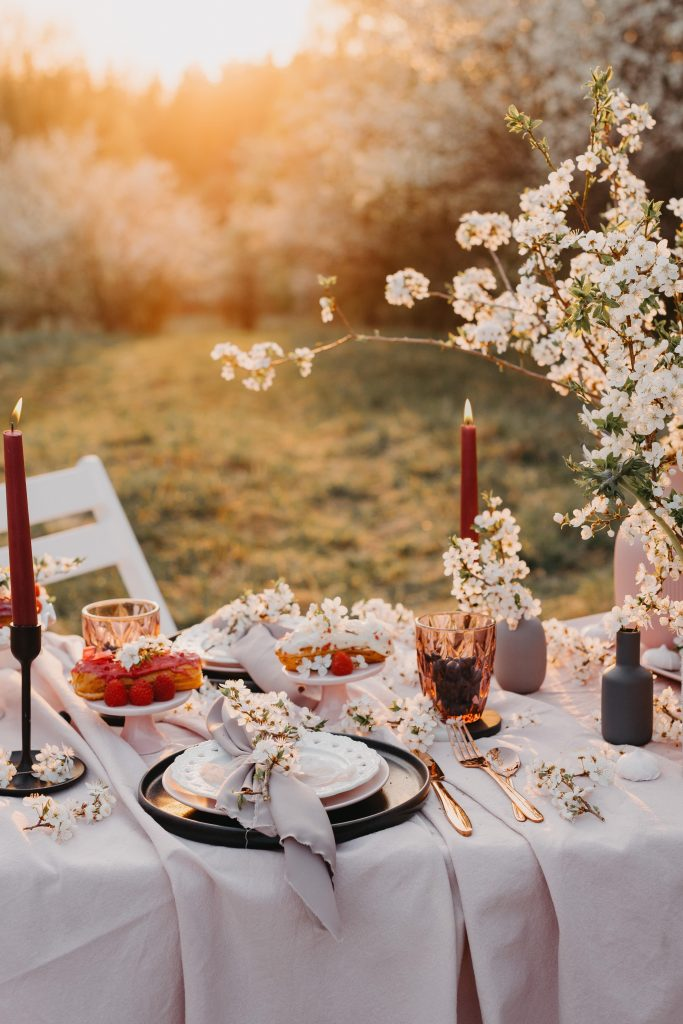 Outdoor dining event decor - Wedding Table styling